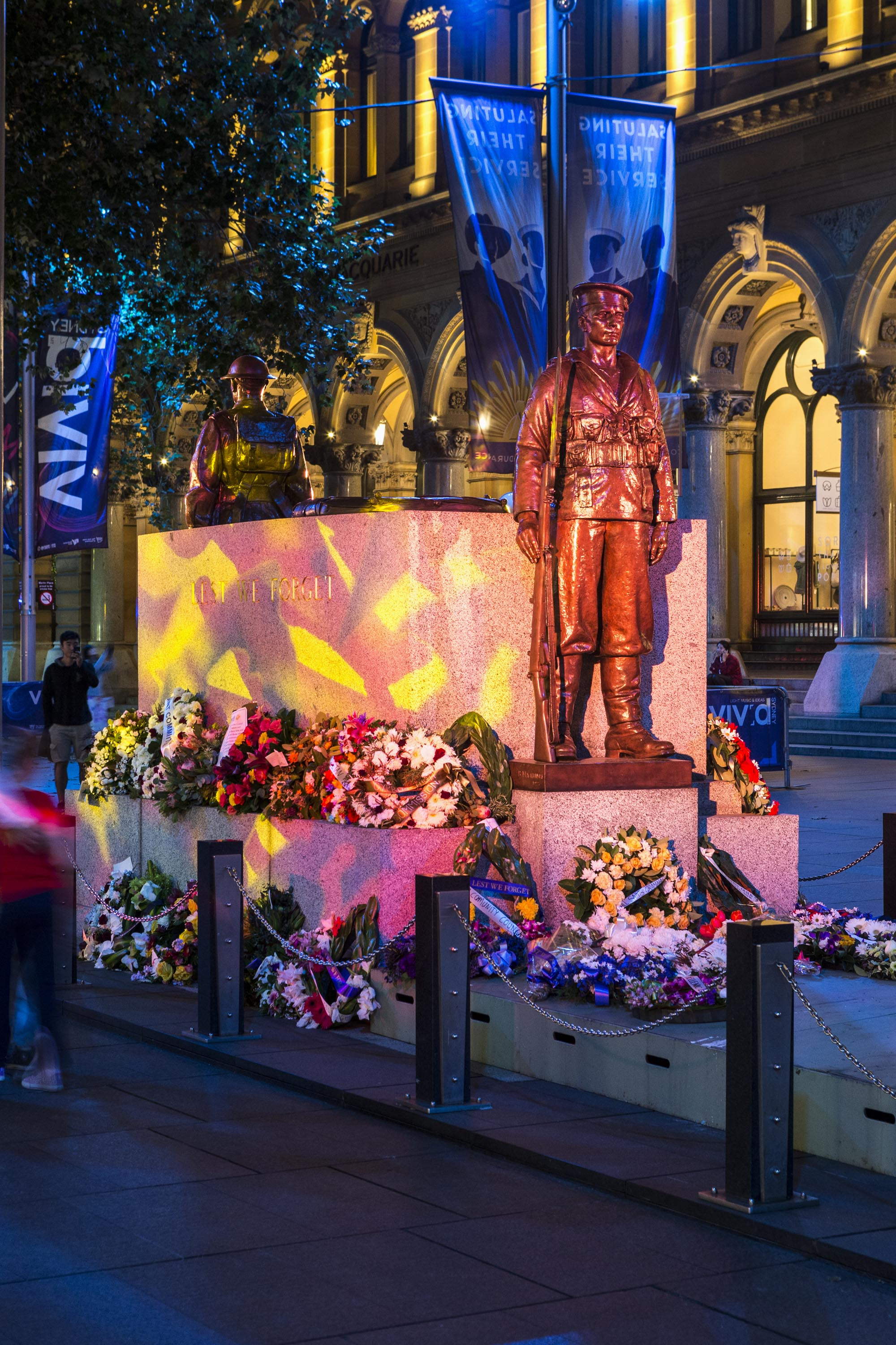 martin place cenotaph lit during vivid sydney. Black Bedroom Furniture Sets. Home Design Ideas